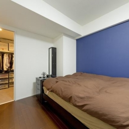 色と遊び心ありの18帖リビング (ベッドルーム)