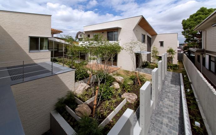 NAG-house  スキップフロアーの家の写真 中庭と玄関アプローチ