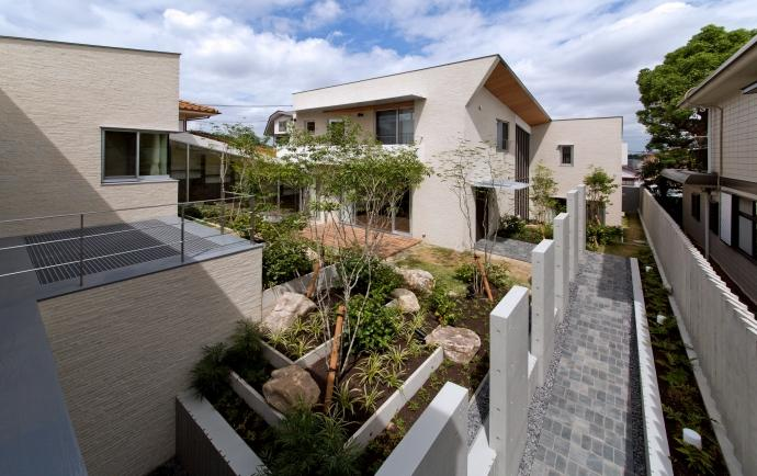 NAG-house  スキップフロアーの家の部屋 中庭と玄関アプローチ