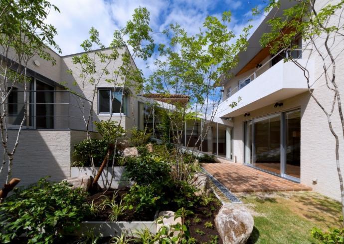 NAG-house  スキップフロアーの家の部屋 緑生い茂る中庭1
