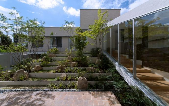 NAG-house  スキップフロアーの家の部屋 緑生い茂る中庭2