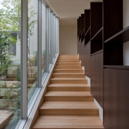 NAG-house  スキップフロアーの家 (中庭を眺められる階段室)