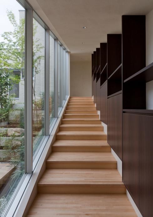 NAG-house  スキップフロアーの家の部屋 中庭を眺められる階段室