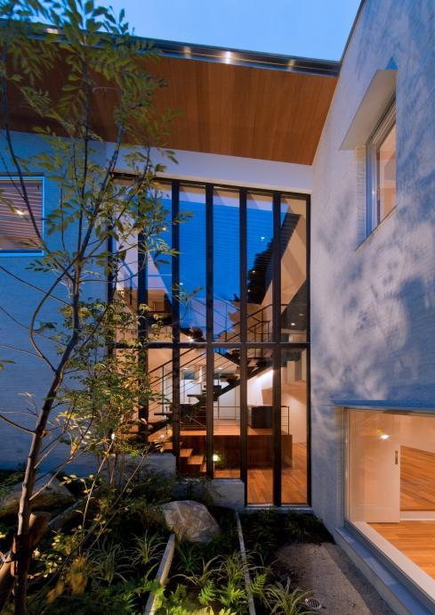 NAG-house  スキップフロアーの家の部屋 中庭からダイニングを見る