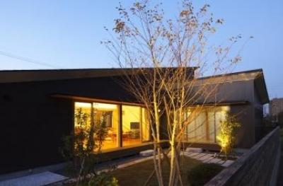 見沼の家「大地を感じる住まい」 (L字型の外観と庭(撮影:齋藤写真事務所))