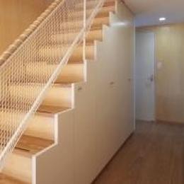 見沼の家「大地を感じる住まい」 (収納を兼ねた階段(撮影:齋藤写真事務所))