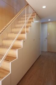 見沼の家「大地を感じる住まい」の部屋 収納を兼ねた階段(撮影:齋藤写真事務所)