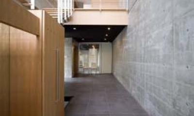 吹き抜けの玄関1(撮影:Nobutoshi Izumi)|松任茶屋の家