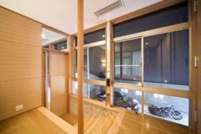 松任茶屋の家 (寝室よりガレージを見る(撮影:Nobutoshi Izumi))