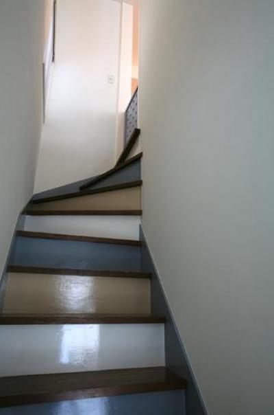 カラフルな配色の階段 (O邸)
