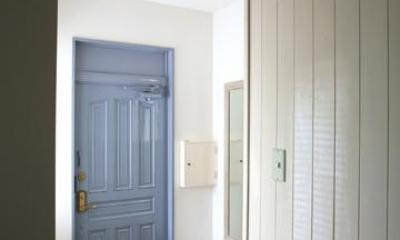 O邸 (青色がアクセントの玄関)
