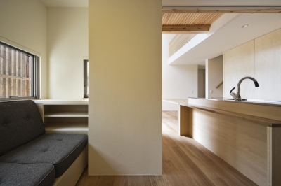 キッチンと居住空間(撮影:Tomohiro Sakashita) (桜テラスの家)