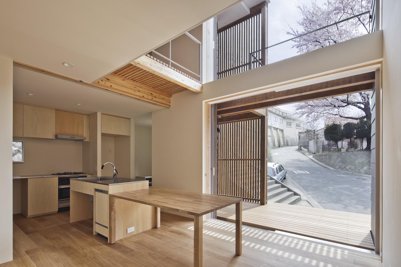 桜テラスの家の部屋 光あふれるダイニング(撮影:Tomohiro Sakashita)
