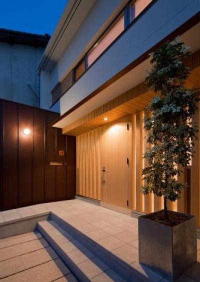 平屋のコートハウス (玄関-夜景)