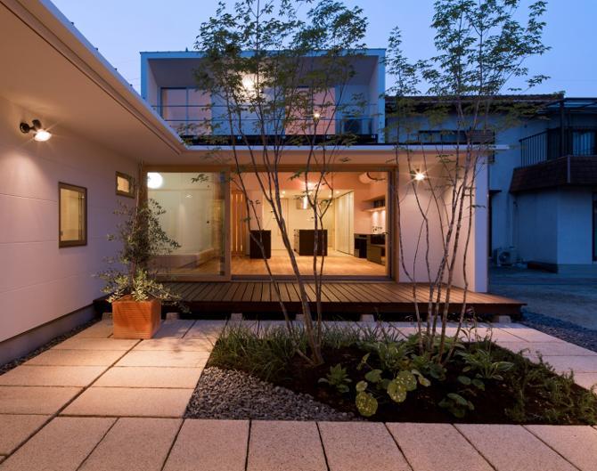 平屋のコートハウス (中庭越しにリビングを見る2)