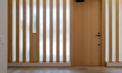 平屋のコートハウス (スリット窓の玄関)