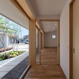 平屋のコートハウス (主寝室への廊下)