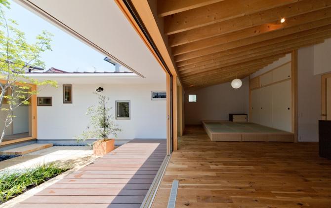 中庭に面した開放的なリビング (平屋のコートハウス)