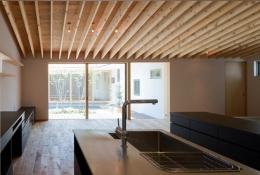 平屋のコートハウス (明るいキッチン)