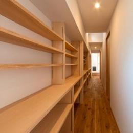 平屋のコートハウス (廊下にある本棚)