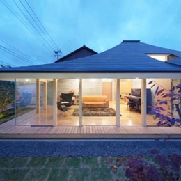 庭からリビングを見る1(撮影:Kouji Okamoto)