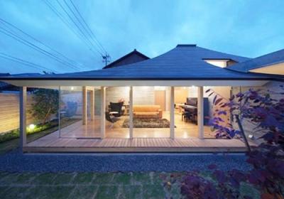 庭からリビングを見る1(撮影:Kouji Okamoto) (中津の住宅)