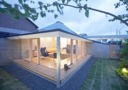 中津の住宅 (庭からリビングを見る2(撮影:Kouji Okamoto))