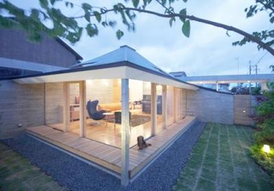 庭からリビングを見る2(撮影:Kouji Okamoto) (中津の住宅)