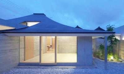 庭から寝室を見る(撮影:Kouji Okamoto)|中津の住宅