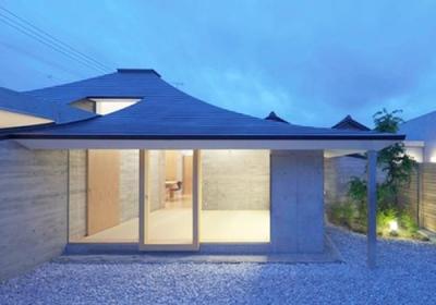 庭から寝室を見る(撮影:Kouji Okamoto) (中津の住宅)