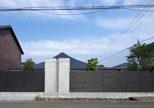 中津の住宅の部屋 プライバシーを確保する塀(撮影:Kouji Okamoto)