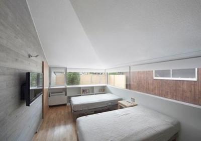 開放的なベッドルーム(撮影:Kouji Okamoto) (中津の住宅)