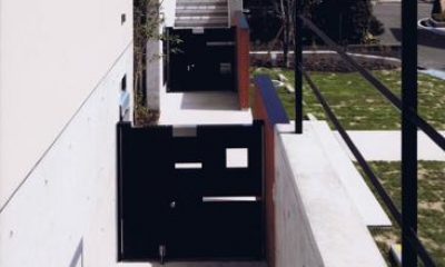 HOUSE O+U (玄関アプローチ(撮影:JIKUart))