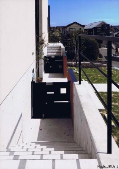 玄関アプローチ(撮影:JIKUart) (HOUSE O+U)