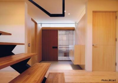 明るい玄関(撮影:JIKUart) (HOUSE O+U)