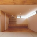 HOUSE O+Uの写真 畳スペースからリビングを見る(撮影:JIKUart)