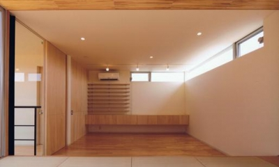 HOUSE O+U (畳スペースからリビングを見る(撮影:JIKUart))