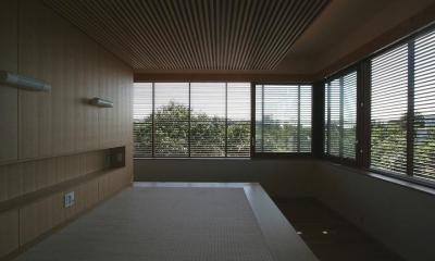 木ルーバーの家 (寝室)