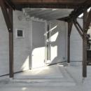 白を基調とした玄関アプローチ