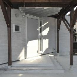 煙突を持つ五角形の家 (白を基調とした玄関アプローチ)