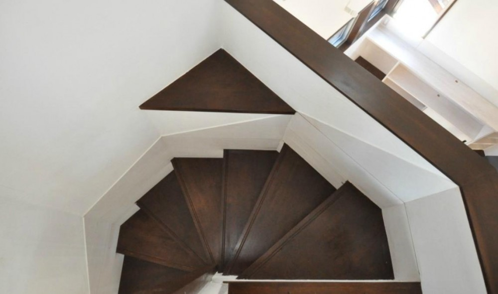 煙突を持つ五角形の家 (上から見た階段)