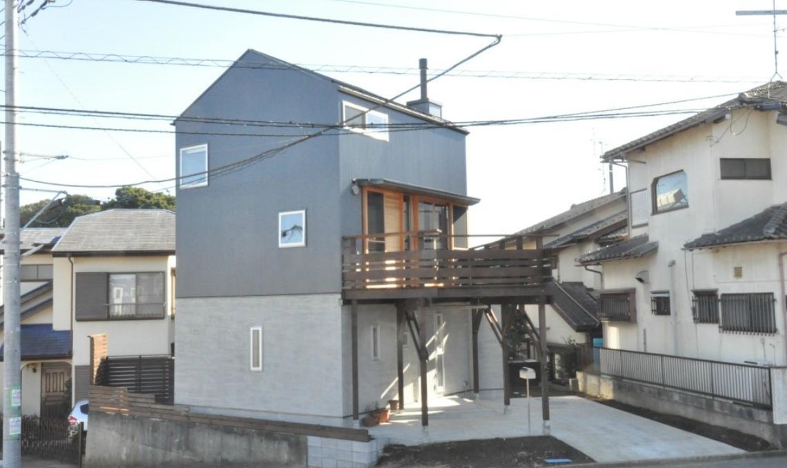 煙突を持つ五角形の家 (外観)