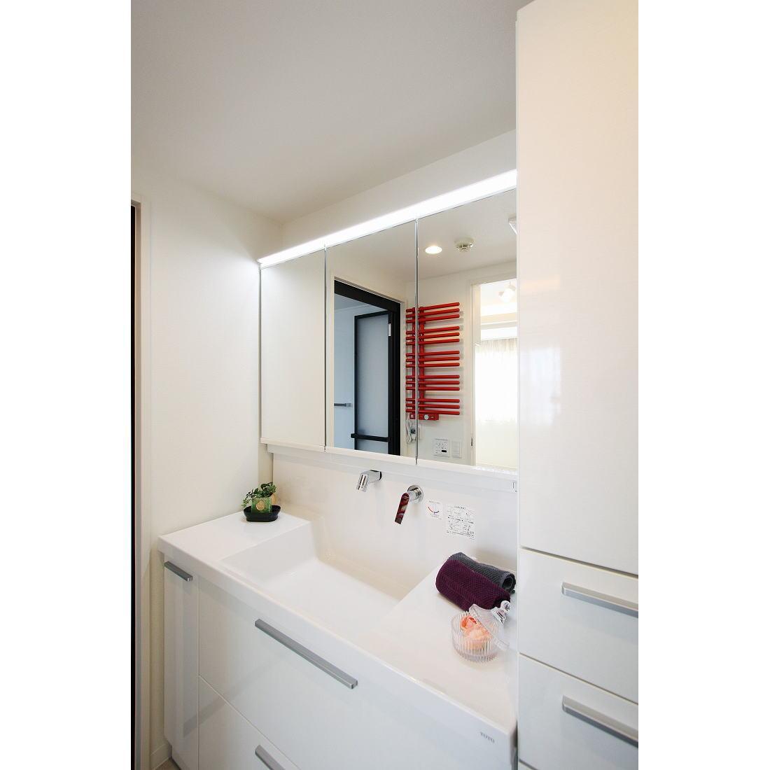 赤色のアクセントカラーの映える家の部屋 アクセントカラーが映える洗面所周り
