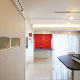 赤色のアクセントカラーの映える家