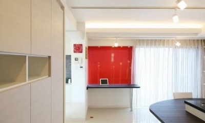 赤色のアクセントカラーの映える家 (玄関から見たダイニング)