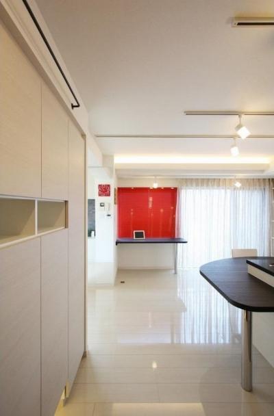 玄関から見たダイニング (赤色のアクセントカラーの映える家)