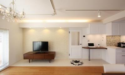 クラシックなバランスの取れた住空間 (落ち着いた雰囲気のリビング)