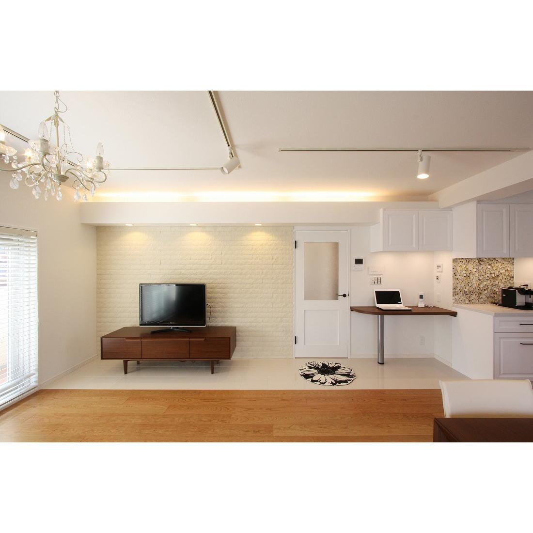 クラシックなバランスの取れた住空間の部屋 落ち着いた雰囲気のリビング