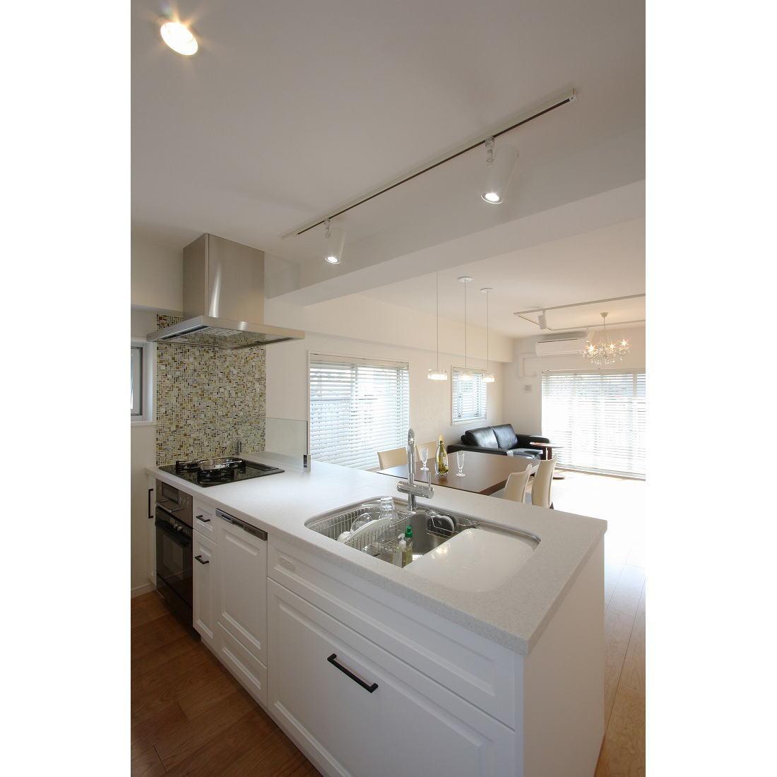 クラシックなバランスの取れた住空間の部屋 機能的な白いキッチン