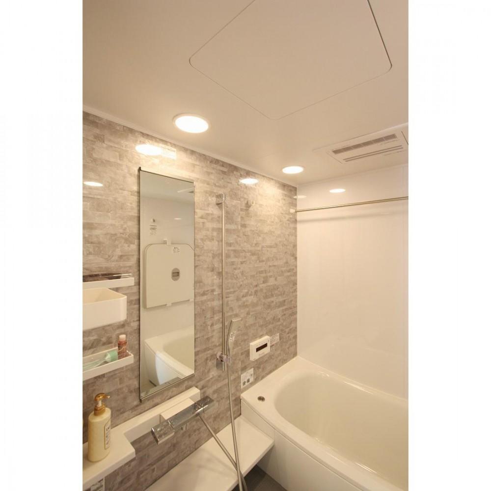 クラシックなバランスの取れた住空間 (バスルーム)
